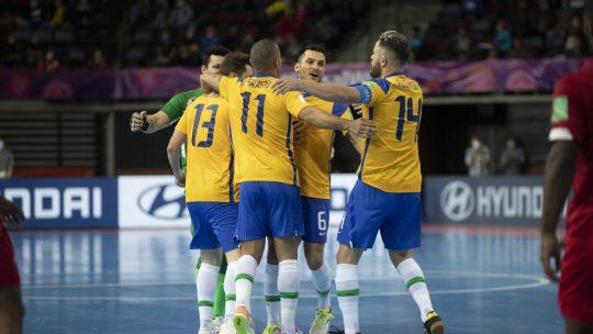 O Brasil goleia o Panamá em sua ultima partida da fase de grupos da Copa do Mundo de Futsal que ocorre na Lituânia, e segue 100% na competição.