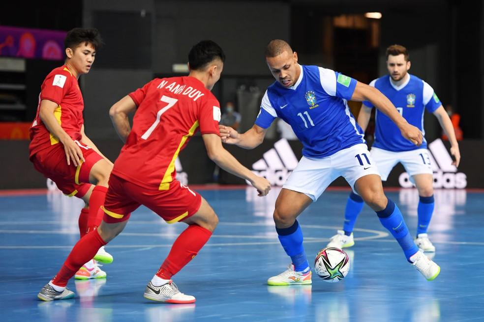 O Brasil goleia o Vietnã em sua estreia na Copa do Mundo de Futsal. A seleção amarelinha aplicou uma senhora goleada de 9 a 1, nessa segunda feira (13).